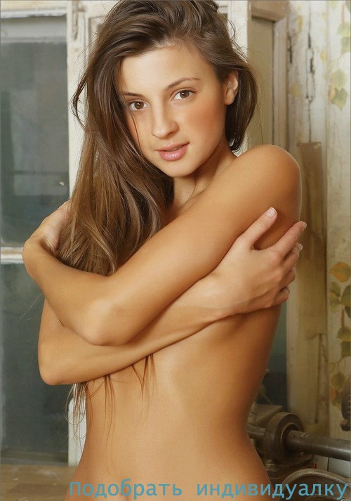 Вичка, 20 лет: мастурбация члена ногами