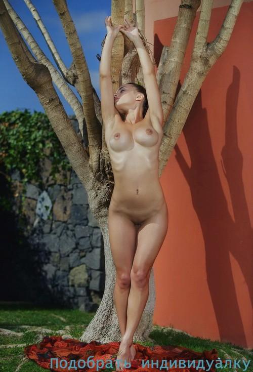 Ив, 25 лет - мастурбация члена грудью